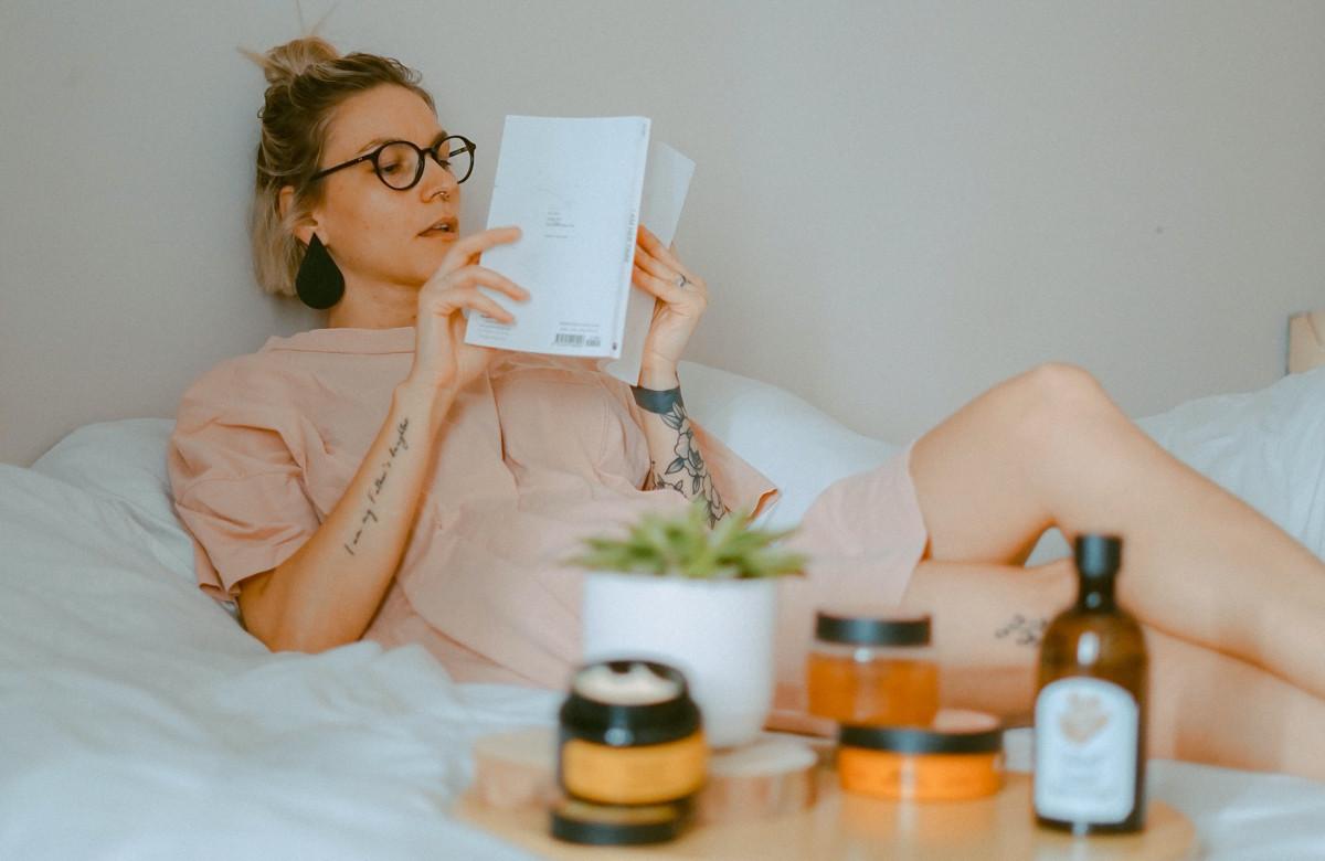 femme lecture sur le lit
