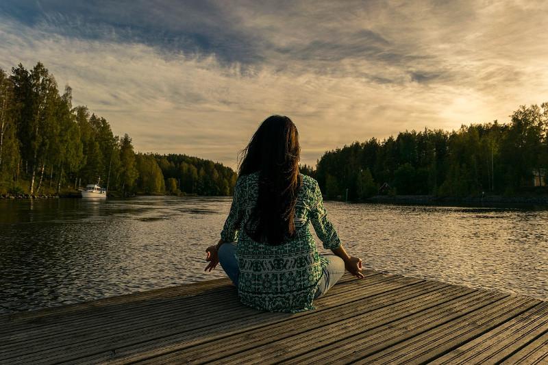femme-yoga-lac